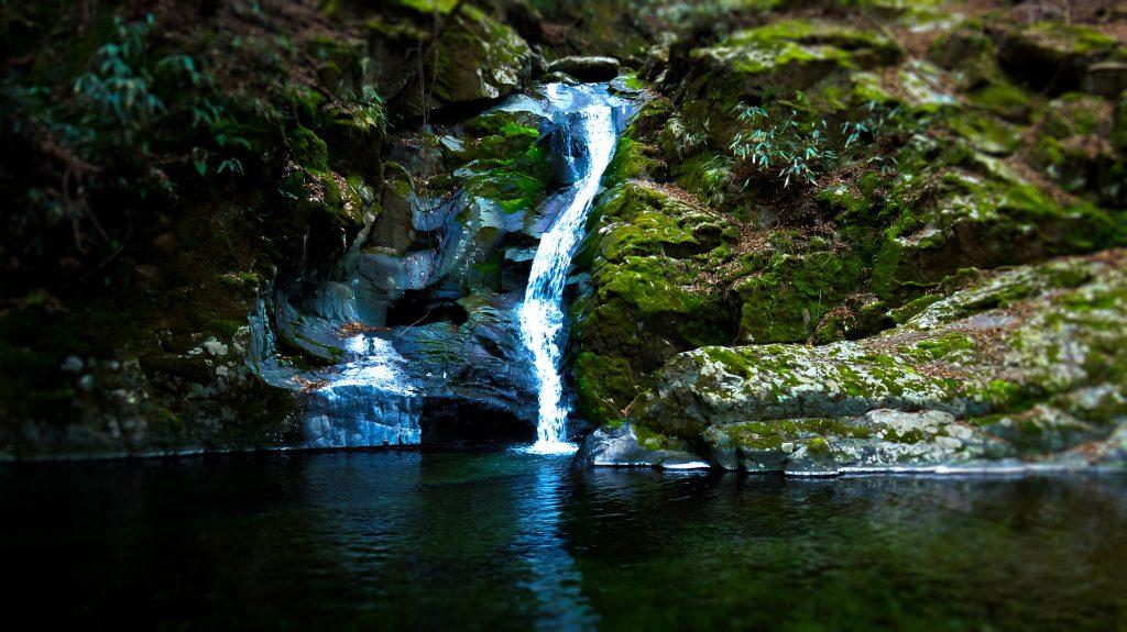 祖母山 五合目の山小屋の途中にある滝 寝覚めの滝